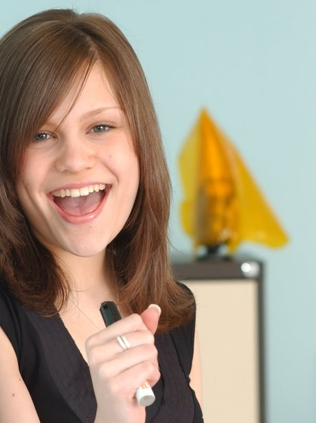 Jessie J singing into a pen before she was famous