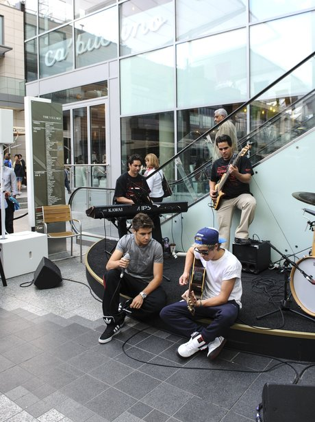 Niall Horan and Liam Payne play a suprise gig at Westfiled shopping centre