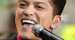 Bruno Mars sings live