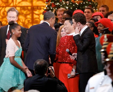 PSY shakes hands with US President Barack Obama