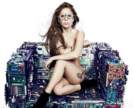 Lady Gaga naked in a single teaser on Twitter