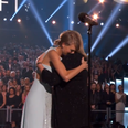 Taylor Swift and mum hug at Country Music Awards