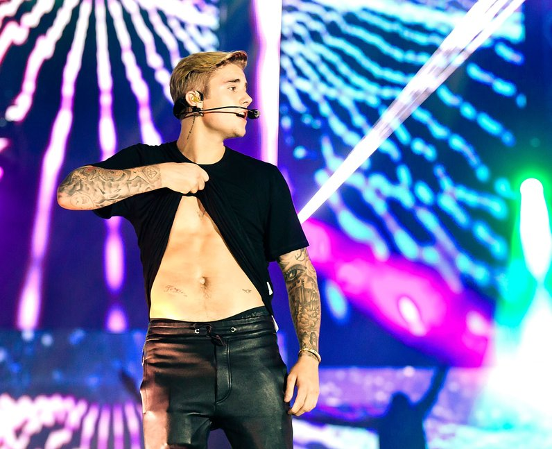 Justin Bieber shows off his abs on stage